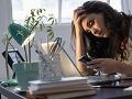 Cómo detectar las noticias falsas - Mujer observa la pantalla de su teléfono