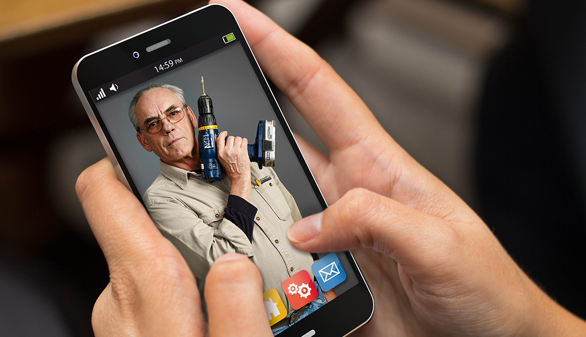Aplicaciones de servicios a pedido que podrían aumentar tu felicidad - Persona observa su teléfono móvil