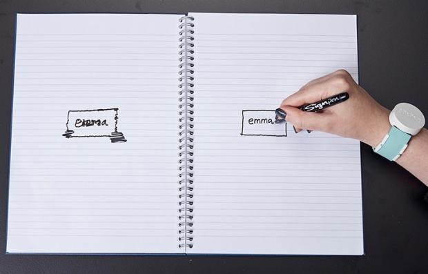 Persona escribiendo en una libreta