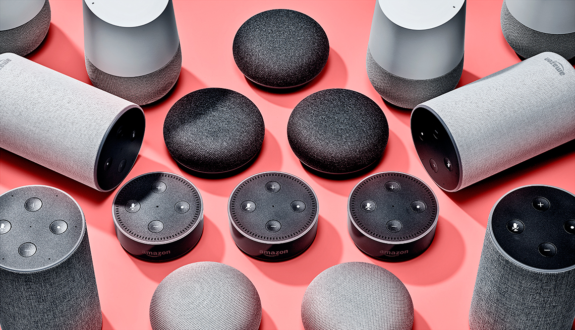 Varios altavoces inteligentes sobre una mesa