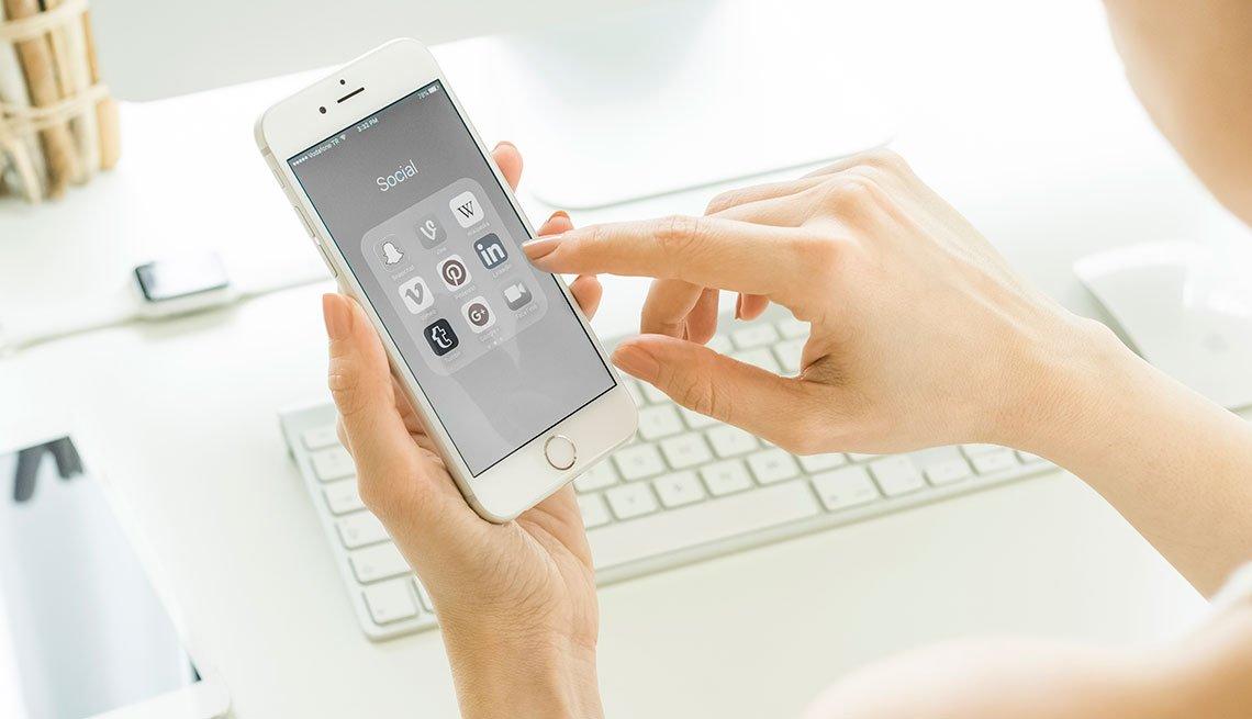 Mujer usando la pantalla en color gris de su celular