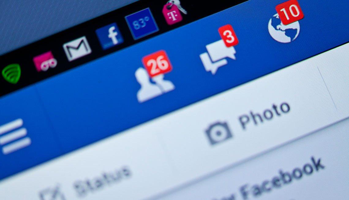 Vista de primer plano de 10 notificaciones de Facebook en un teléfono inteligente.