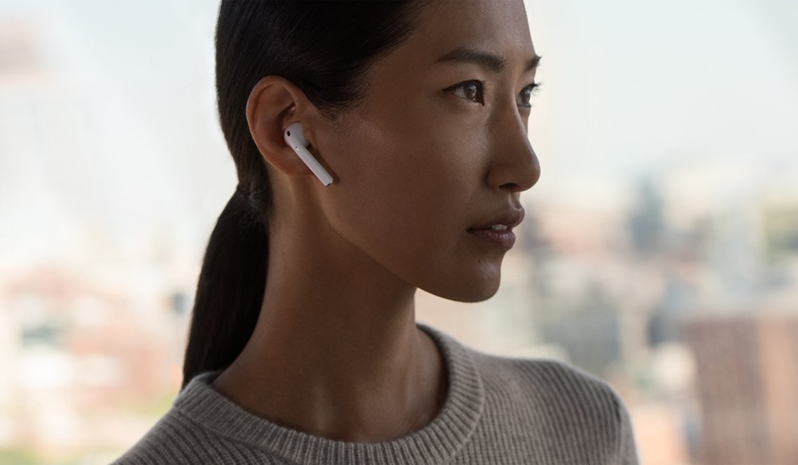 Mujer usa los audífonos Apple AirPod.