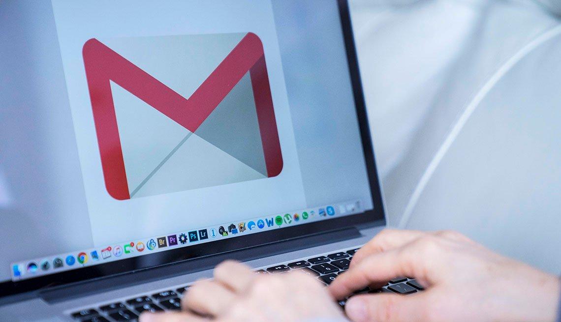 Una persona usa su correo electrónico de Google (Gmail).