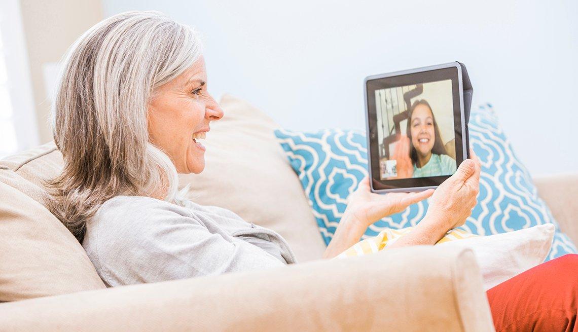 Abuela habla con su nieta a través de tableta digital