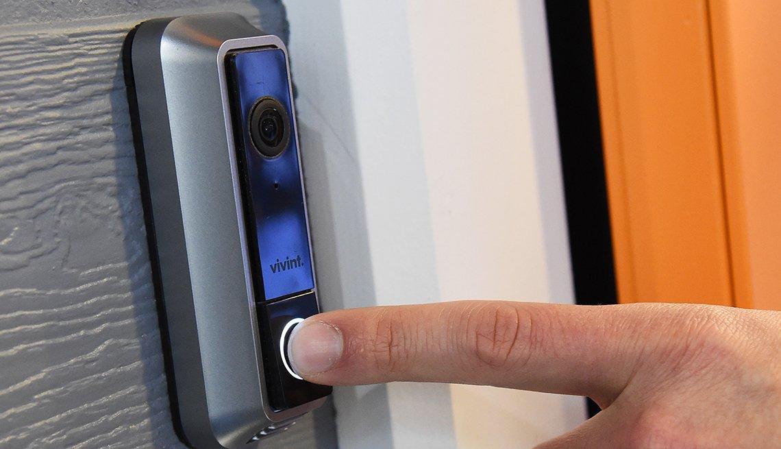 Persona presiona un timbre inteligente con cámara icorporada