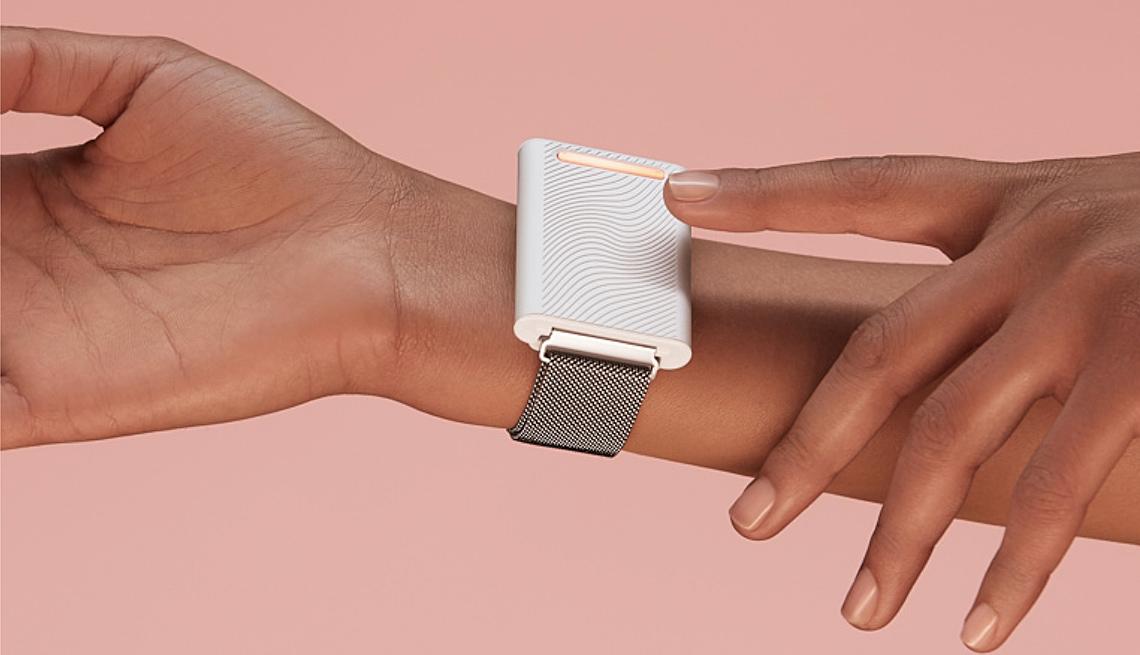 Persona lleva puesta una pulsera que ayuda a elevar o reducir la temperatura corporal