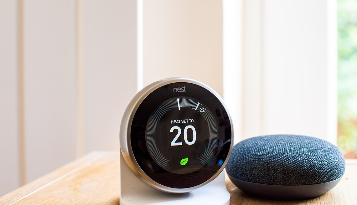 Termostato Nest junto al Google Home Mini