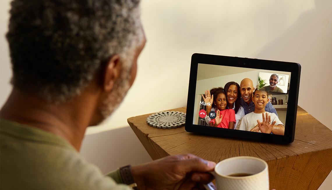 Hombre en videollamada usando el Amazon Echo