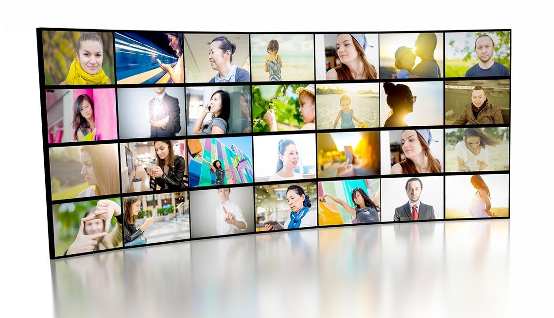 Pantallas de televisión con imágenes de video que muestran a muchas personas