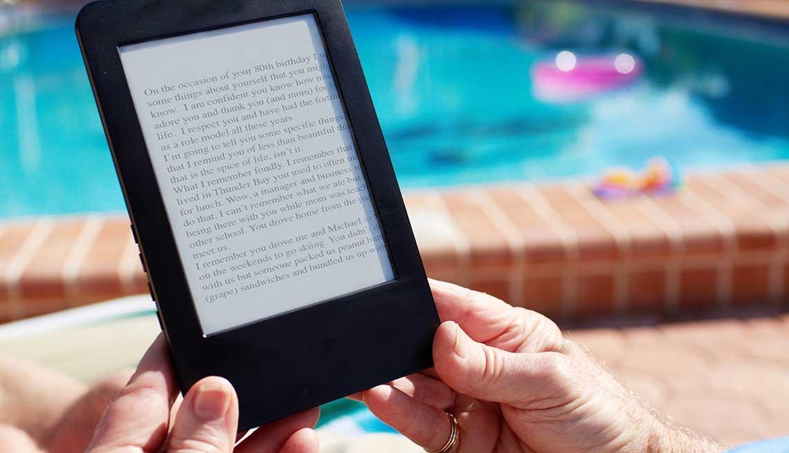 Una persona sostiene un lector de libros electrónicos
