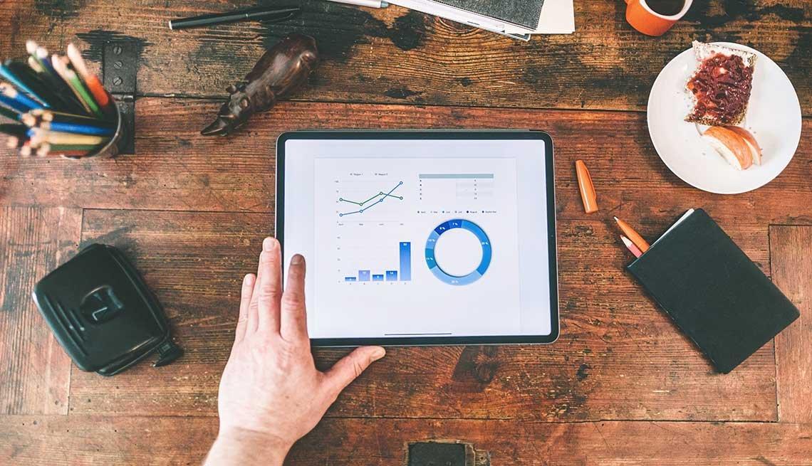 Persona revisa una gráfica estadística en una tableta electrónica
