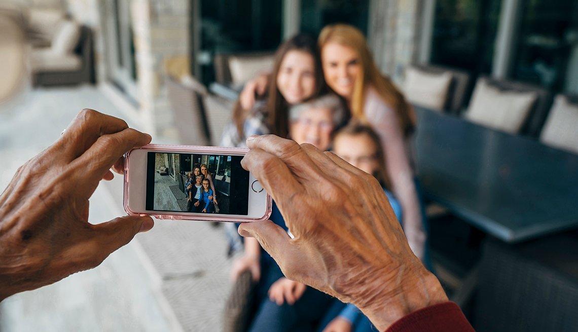 Abuelo toma una foto a la abuela con sus nietas