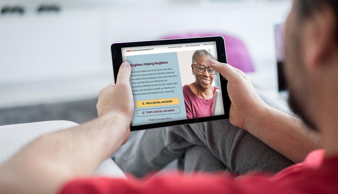 Hombre mirando el sitio web de Community Connections en una tableta electrónica