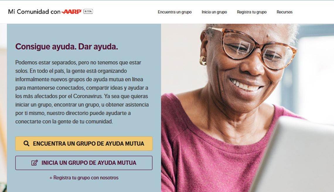 Mujer mirando el sitio web de Mi Comunidad con AARP en una tableta electrónica