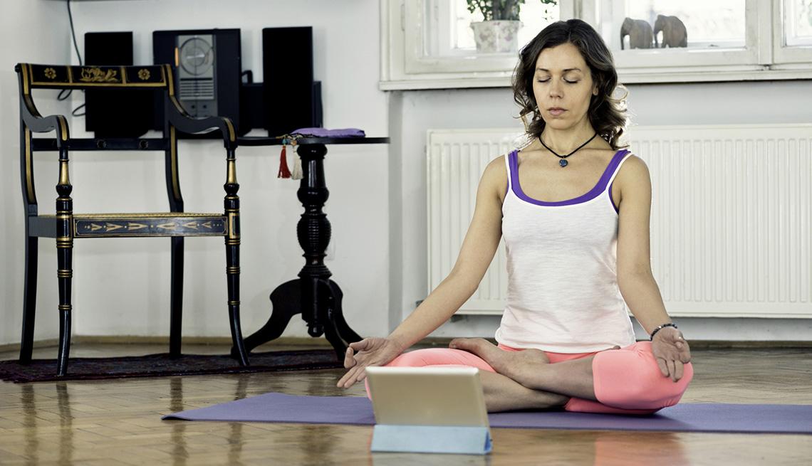 Mujer hace yoga en su casa