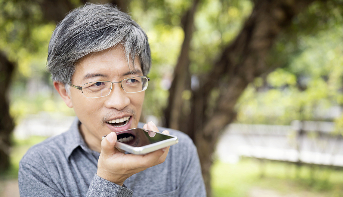 Un hombre está hablando por el teléfono móvil