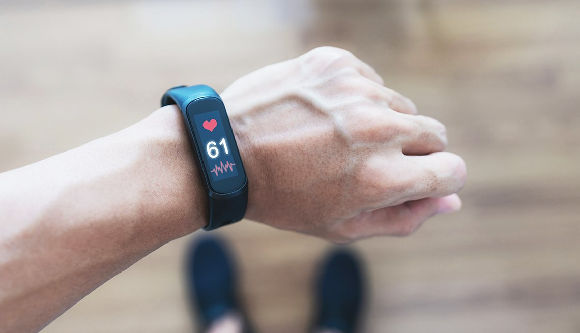 Persona usa una pulsera inteligente que rastrea los datos de frecuencia cardíaca y salud