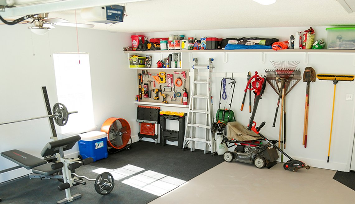 Foto de un garaje con múltiples artículos y herramientas de cuidado para el hogar