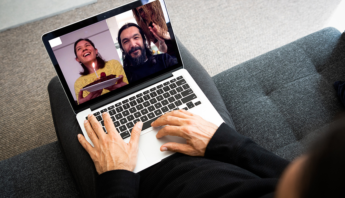 Una imagen de cerca de una persona en una computadora portátil en una videollamada