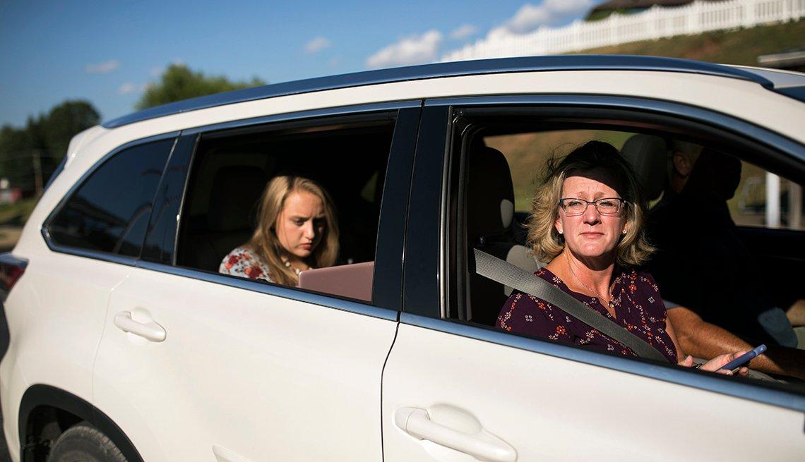 Desde su auto, Lisa Huntsman y su hija Harlee Huntsman, usan el internet de la biblioteca de Vincent, OH.