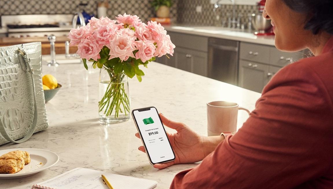 Mujer usa la aplicación Honey en su teléfono