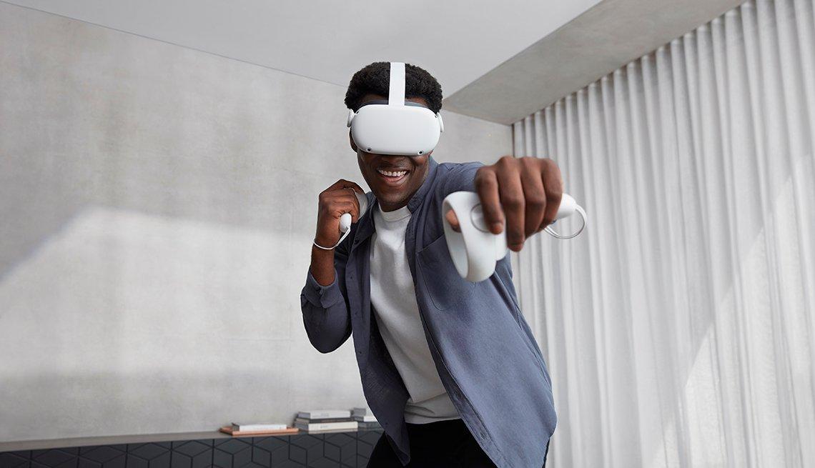 Hombre lleva puesto el Oculus Quest 2 VR