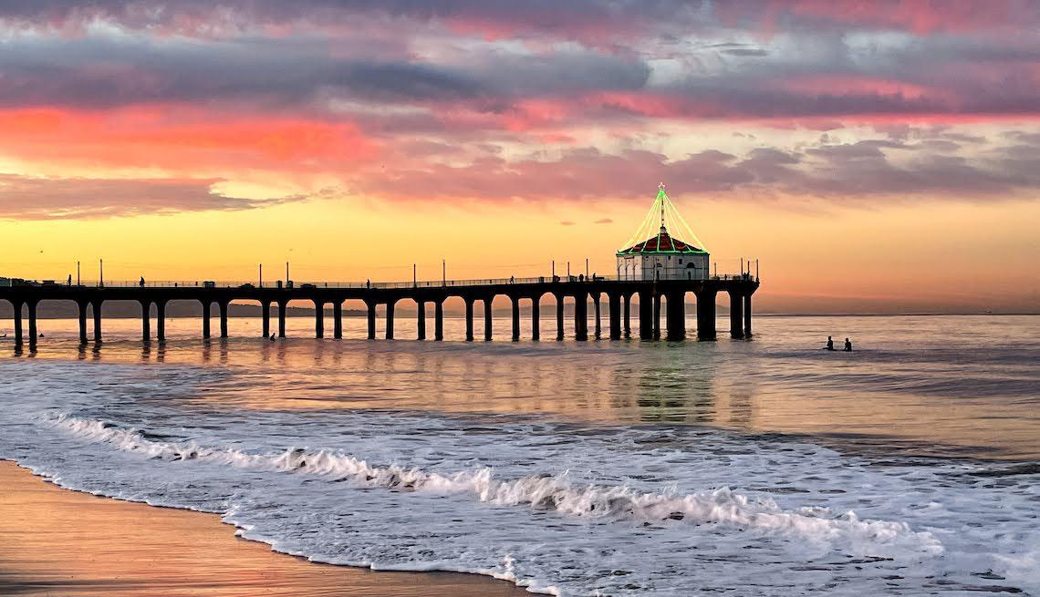 Foto de un muelle con las olas del mar en un amanecer