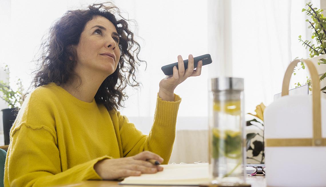 Mujer escucha un libro digital en su teléfono inteligente