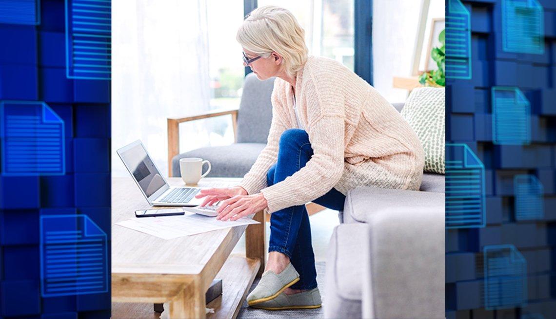 Una mujer trabaja en casa en su computadora portátil