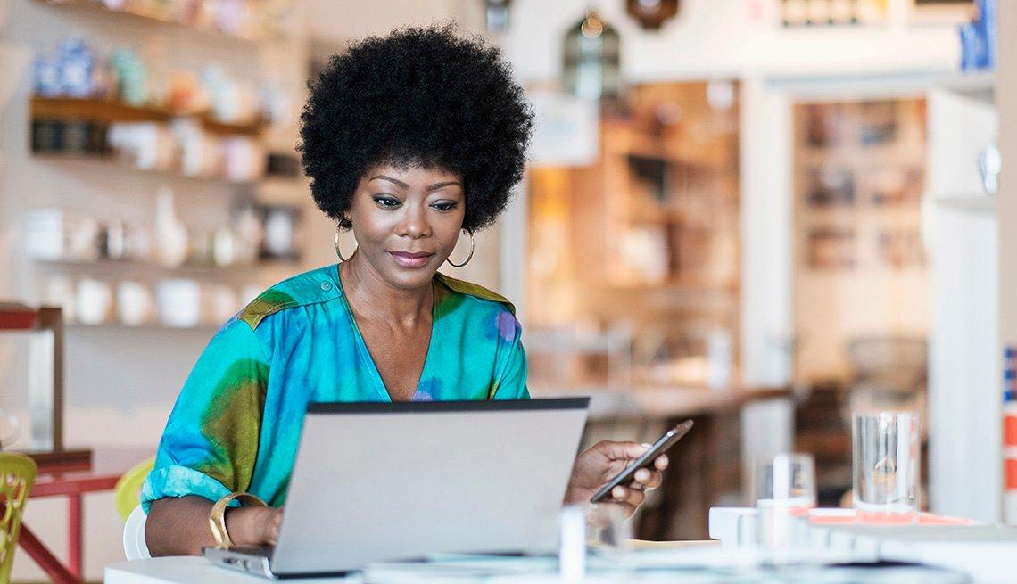 Propietaria de un negocio usa una computadora