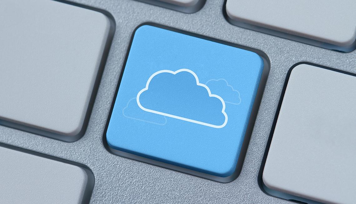 Botón en el teclado de una computadora con la imagen de la nube