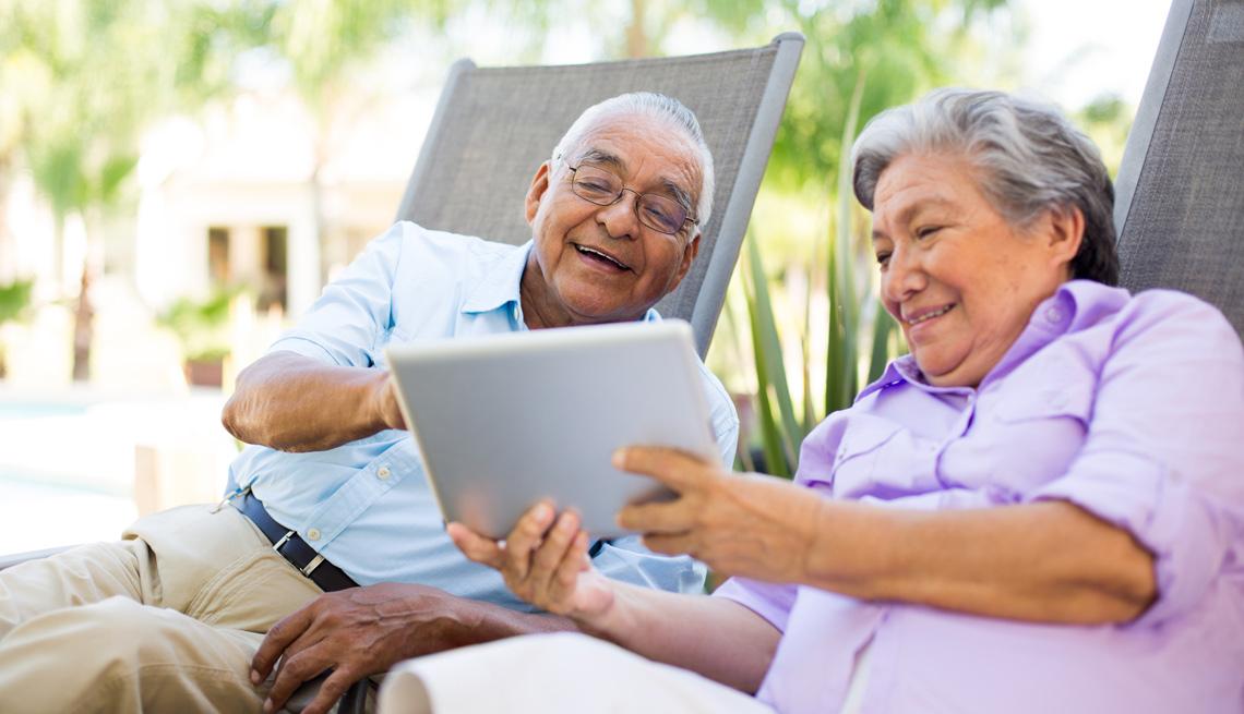 Pareja de ancianos viendo una tableta electrónica
