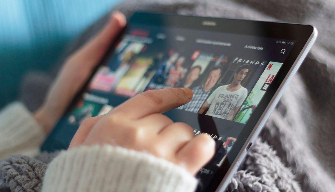 Mujer elige una película de Netflix