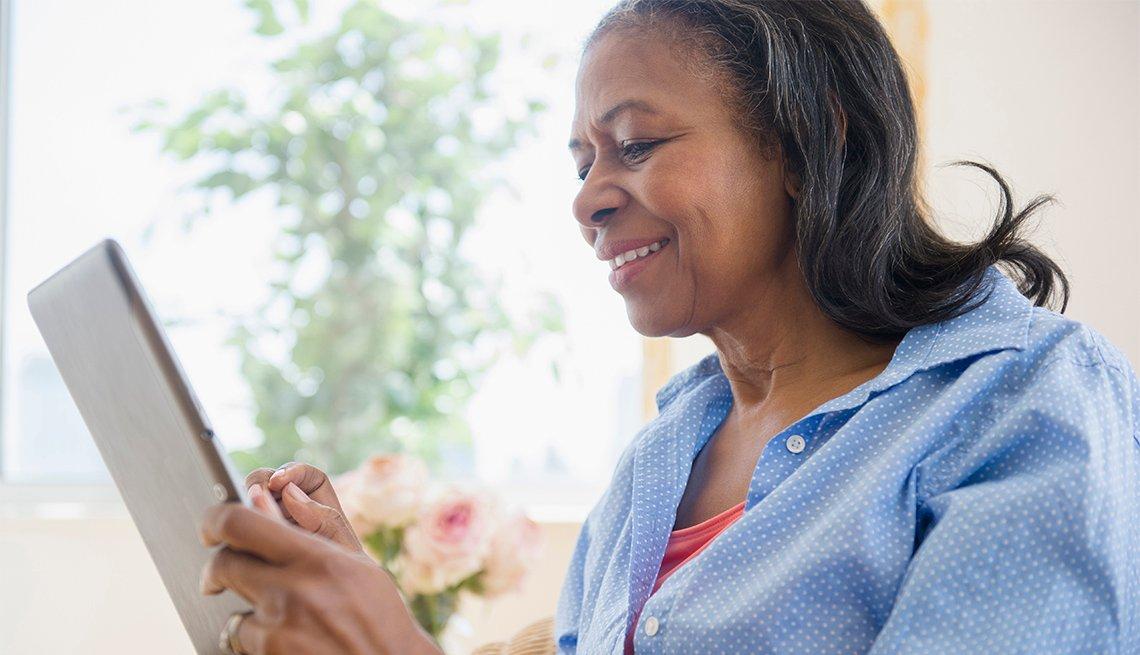Mujer usa una tableta electrónica