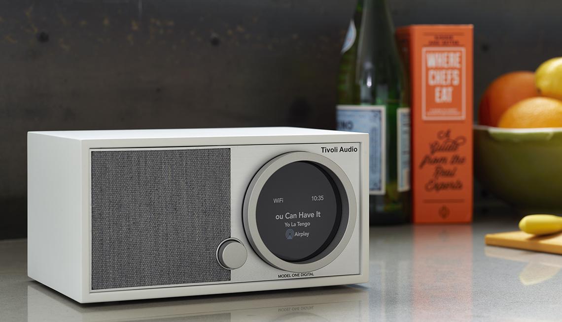 El tivoli audio twenty twenty en un mostrador de cocina