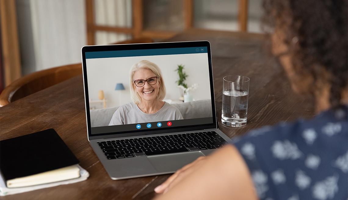 Dos mujeres conversan en una videollamada