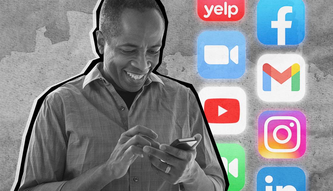 Un hombre sonriente mira su teléfono con iconos de aplicaciones en el fondo