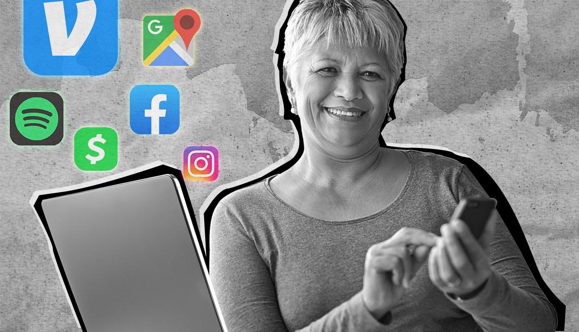 Mujer usa su teléfono mientras mira su computadora portátil