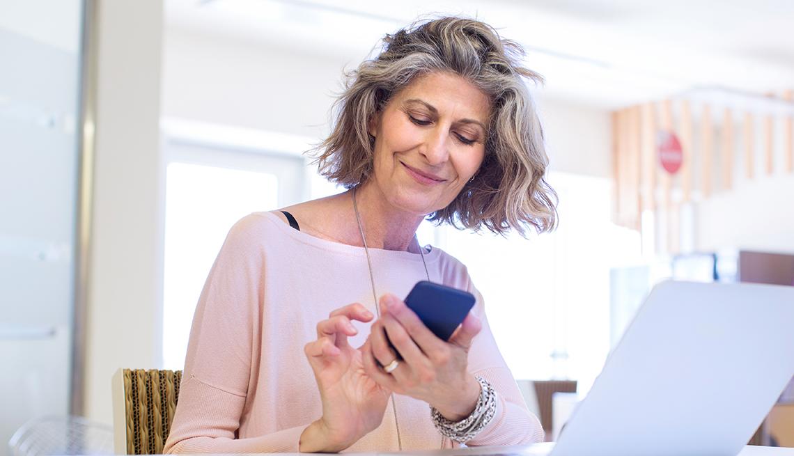 Mujer usando su teléfono celular