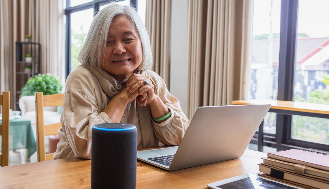 Mujer usa el dispositivo Alexa de Amazon