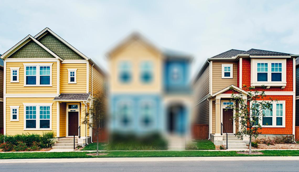 Foto de tres casas desde la calle; la del medio está borrosa