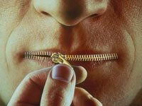 Hombre con los labios con forma de cremallera - Cómo las mentirillas pueden afectar a las parejas.