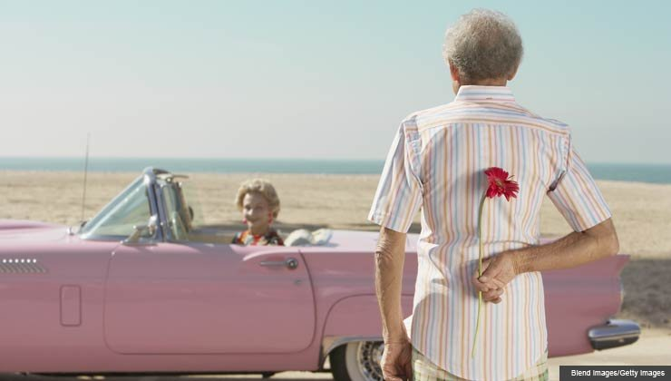 Hombre mayor sorprendiendo a una mujer con una flor - 5 errores a evitar en la primera cita.