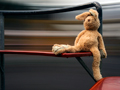 Hijos y nietos a salvo de los depredadores sexuales - Conejo de peluche en un banco de un parque