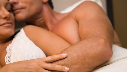 Problemas sexuales en los hombres - Una pareja en la cama en actitud de intimidad
