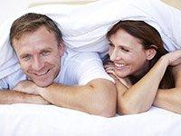 Una pareja charla debajo de las cubiertas - seis mitos acerca de los vibradores