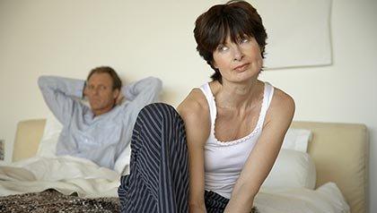 pareja sentada en su cama acercarse a su pareja acerca de los