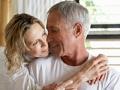 Pareja abrazada en la cama - Cómo revivir su vida sexual