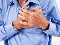 Hombre agarrándose el pecho con dolor - ¿Las relaciones sexuales pueden causar un ataque cardíaco?